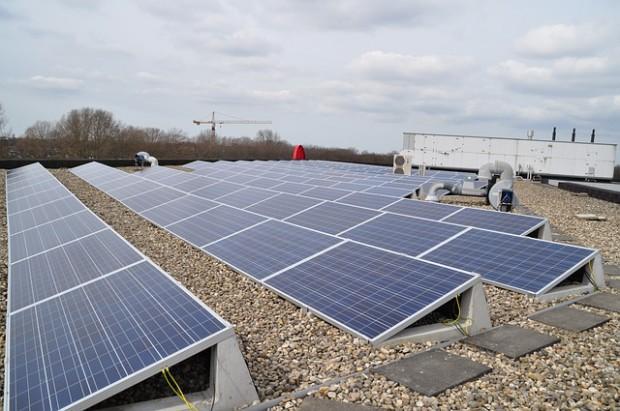 Technologia przekształcania energii promieniowania słonecznego w energię elektryczną jest obecnie najprostszą i najczystszą do lokalnego zastosowania (fot.ilustracyjne.pixabay)