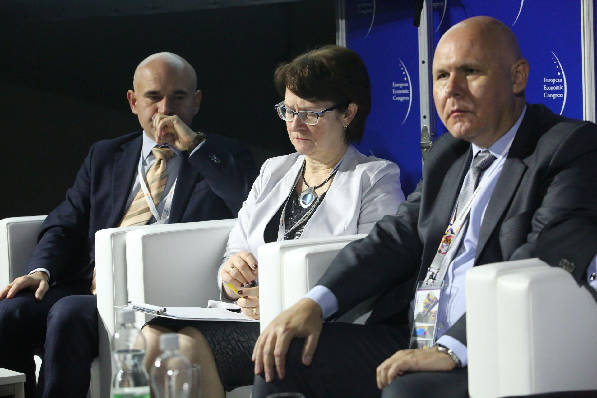 Od lewej: Mirosław Józefczuk (Warbud), Marta Bis, prezes zarządu w PWiK w Tarnowskich Górach, Maciej Kopański, dyrektor ds. rozwoju w Engie Polska.Fot. PTWP / EM