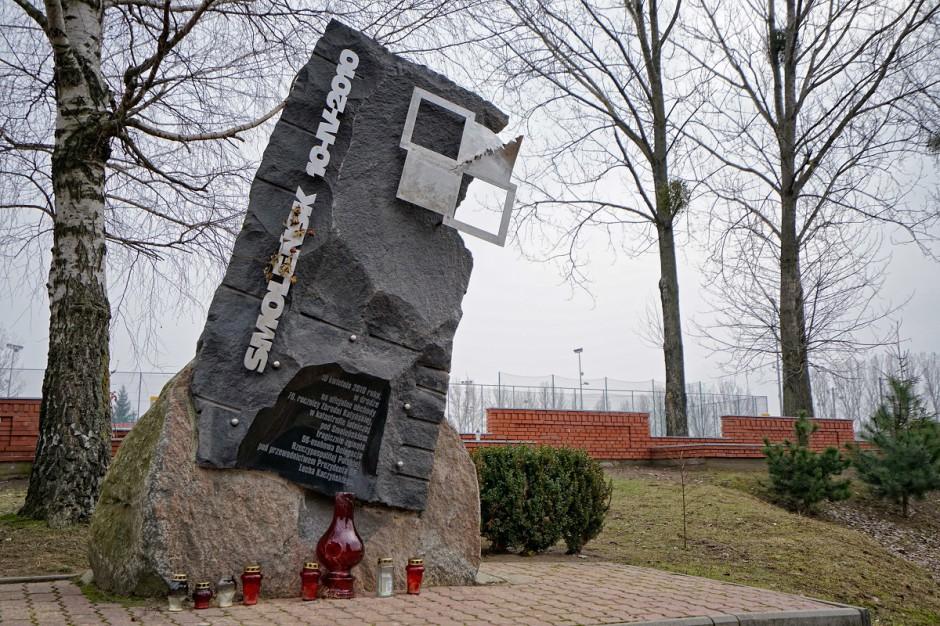 Pomnik ofiar katastrofy smoleńskiej w Łodzi czeka na odsłonięcie