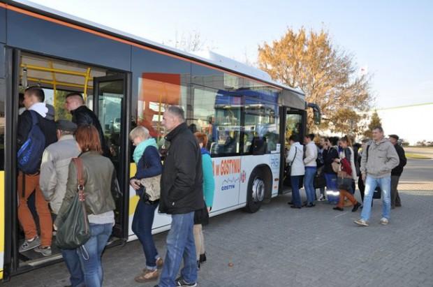 Gostyń: Miejski autobus zderzył się z ciężarówką i uszkodził budynek