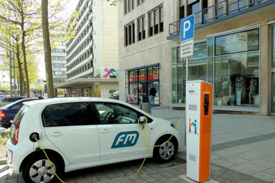 Buspasy, zwolnienia z opłat parkingowych to za mało, by poprawić elektromobilność Polaków