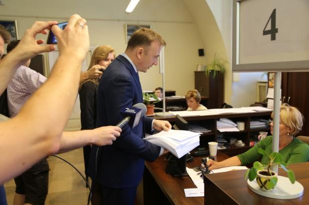 Łukasz Gibałą składający apeli i podpisy mieszkańców w UM Kraków (fot.mat.pras.)