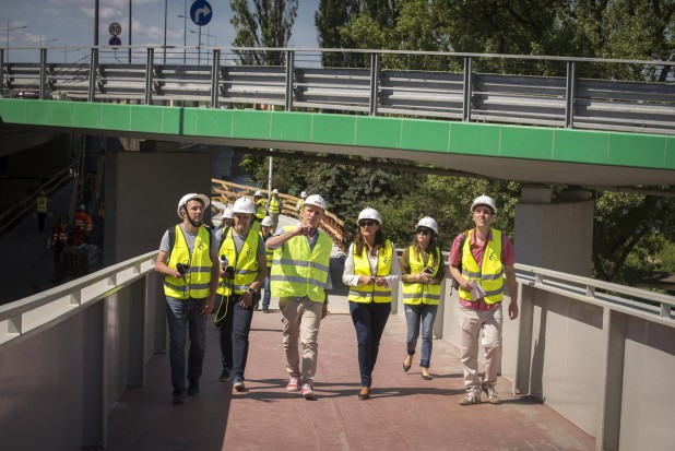 Warszawa: Kładka pod mostem Łazienkowskim na ukończeniu