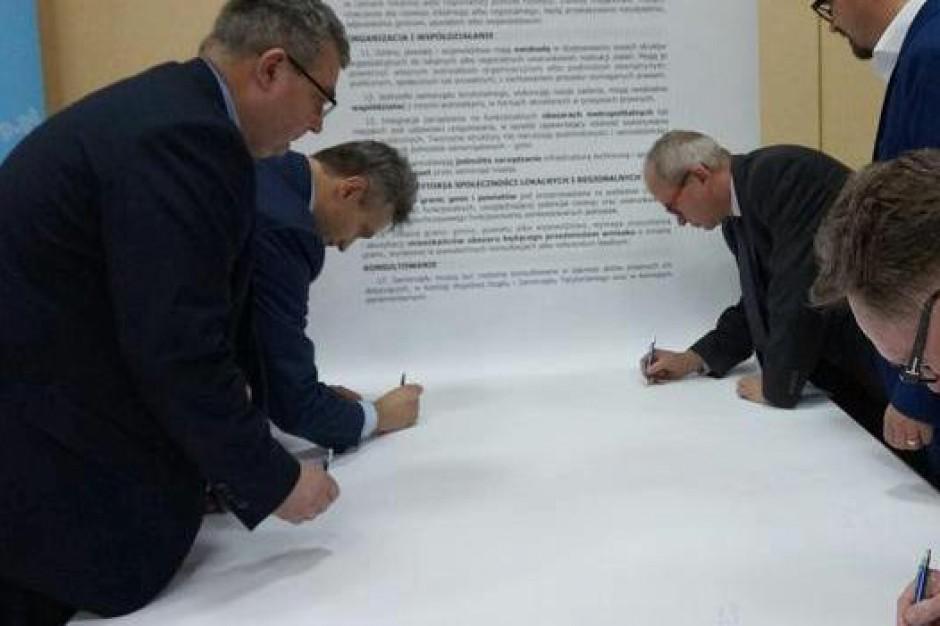 Karta Samorządności przyjmowana przez radnych w całej Polsce