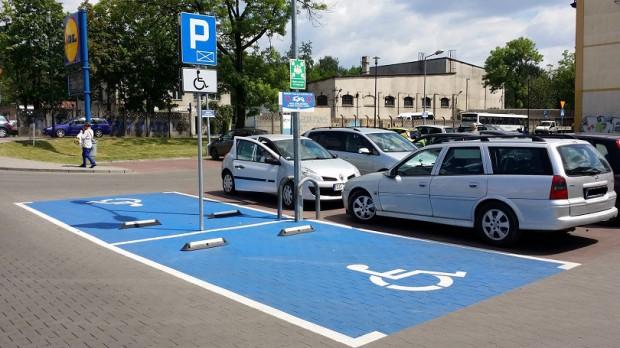 Nowe oznakowanie miejsc parkingowych dla niepełnosprawnych do 30 czerwca