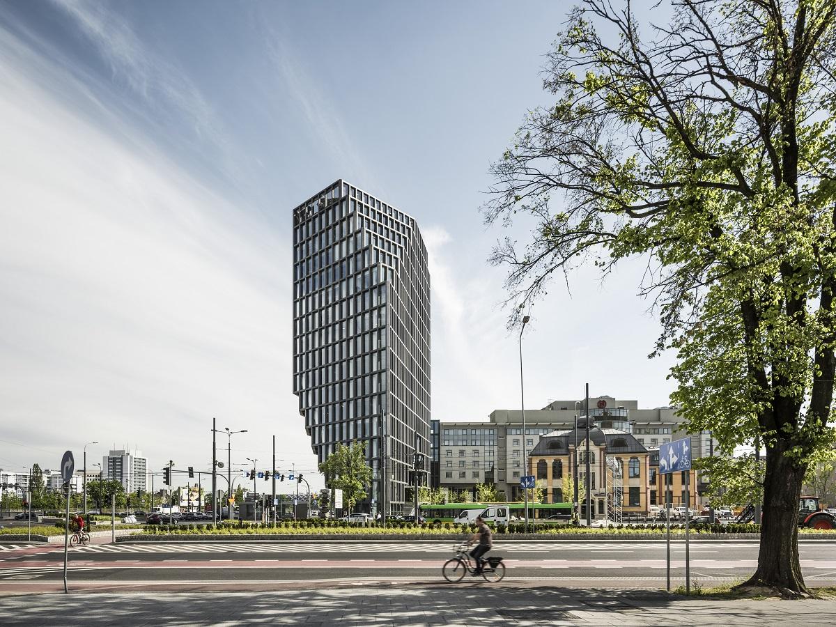 Budynek liczy 16 kondygnacji układających się w nieregularną, górującą nad centrum miasta bryłę, która z każdego punktu wygląda inaczej. (fot. J.Sokołowski/Garvest)