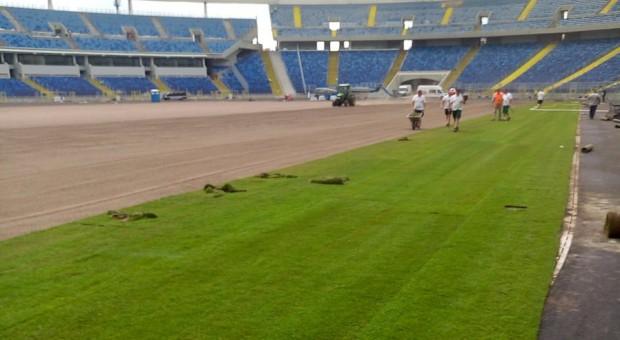 Murawa stadionu, na której w czerwcu montowano nową trawę, źródło: twitter.com/wojciechsaluga