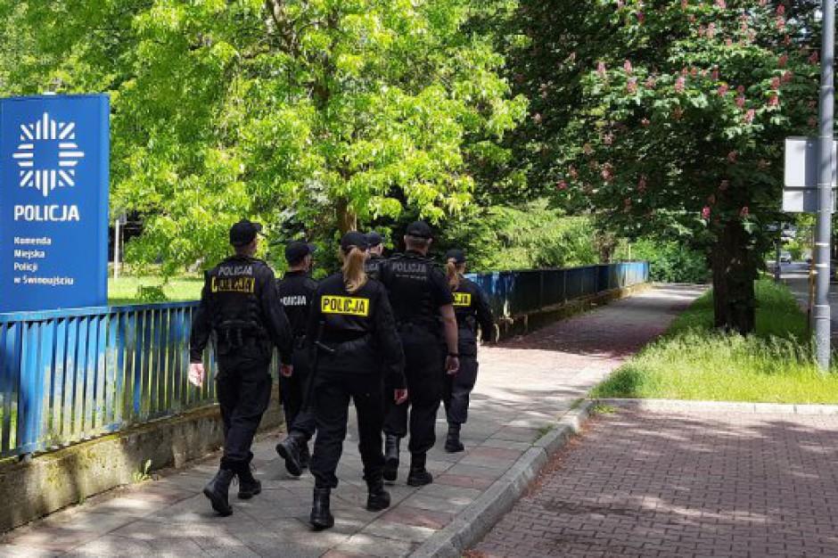 Policjanci w nowych mundurach. Zamiast czerni będzie granat