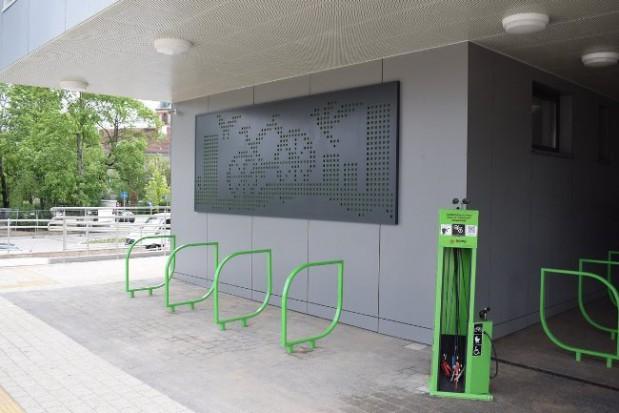 Pod zadaszeniem dworca przygotowano również 9 nowych stojaków na rowery oraz samoobsługową stację napraw