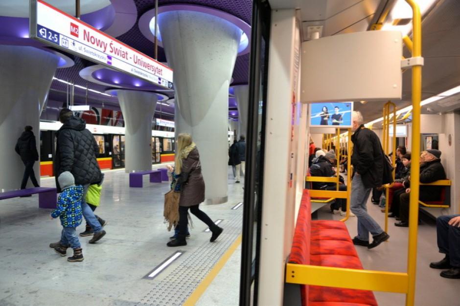 Warszawa, metro: Pasażerowie poznają zasady savoir-vivre wobec niepełnosprawnych