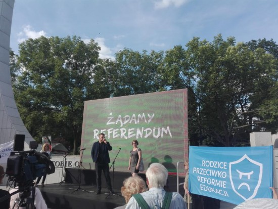 Przed Sejmem pikieta przeciw reformie edukacji i za referendum