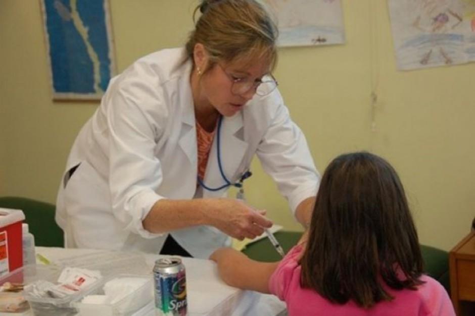 Do szkół wrócą gabinety zdrowia i stomatologiczne. Stacjonarne lub... na kółkach