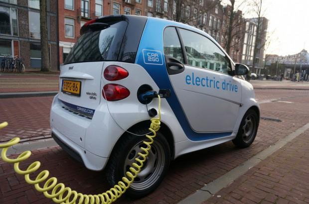 Samochody na prąd: Przy drogach powstaną ładowarki do aut elektrycznych