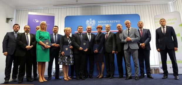 Umowy na 7 inwestycji z zakresu transportu publicznego w 5 miastach podpisane (fot.twitter.com/MR_GOV_PL)