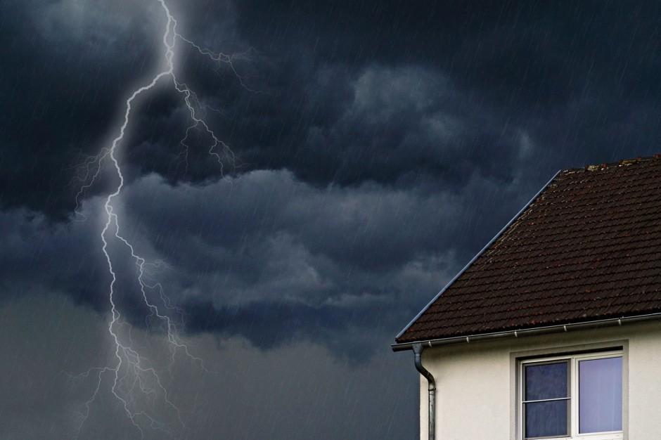 Burze i wichury w Polsce, skutki: Zerwane dachy, zalane domy i połąmane drzewa