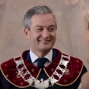 """Robert Biedroń, prezydent Słupska   Dziewięć głosów """"za"""" to było zbyt mało, aby prezydent Słupska otrzymał absolutorium za wykonanie zeszłorocznego budżetu (potrzeba było 11). Przeciwko zagłosowało 6 radnych z PiS, zaś kolejnych 6 (tym razem z PO) wstrzymało się od głosu i to właśnie oni przesądzili o tym, że Robert Biedroń nie otrzymał absolutorium. Prezydentowi oberwało się przede wszystkim za niewykonanie budżetu po stronie wydatków inwestycyjnych (w stosunku do założeń ich wartość była niższa o 8 mln zł).   Fot. youtube.com"""