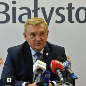 Tadeusz Truskolaski, prezydent Białegostoku   - Żenujący polityczny spektakl – tak przebieg sesji absolutoryjnej skomentował na twitterze prezydent Białegostoku. Zakończyła się ona przyjęciem przez radnych (poparło ten wniosek 16 rajców, 8 było przeciwnych) uchwały o niedzieleniu mu absolutorium, czyli dokładnie tak jak kończyła się w roku 2016 i 2015. Truskolaski choć rozżalony, to jednak nie był zaskoczony takim obrotem sytuacji. Układ sił w radzie jest dla niego zdecydowanie niekorzystny. Warto zaznaczyć, że prezydent Białegostoku zaskarżył do WSA zeszłoroczną uchwałę radnych o nieudzieleniu mu absolutorium.   Fot. UM Białystok / Marcin Jakowiak