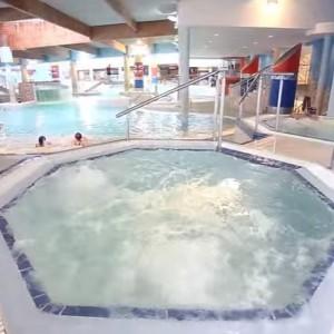 Aquapark Sopot (pomorskie)     Nieco mniejszy od aquaparku w Redzie, ale zlokalizowany w samym Trójmieście. Aquapark Sopot przy ul. Zamkowa Góra posiada trzy baseny: sportowy, rekreacyjny i dla dzieci. Ponadto obiekt jest wyposażony w dwa baseny zewnętrzne – jeden otwarty w sezonie letnim i drugi czynny cały rok. Dodatkowych wrażeń dostarczają dwie zjeżdżalnie o wysokości 12 metrów – żółta dla całych rodzin i niebieska dla tych, którzy lubią czuć adrenalinę. W obiekcie korzystać możnarównież z sauny i jacuzzi.   Cennik w sezonie letnim (od 1 lipca do 31 sierpnia) kształtuje się następująco: 25 zł za godzinę kosztuje bilet ulgowy i 30 zł normalny. Jest też opcja 3-godzinna (45zł/50zł) i całodniowa (65zł/75zł).   Fot. YouTube