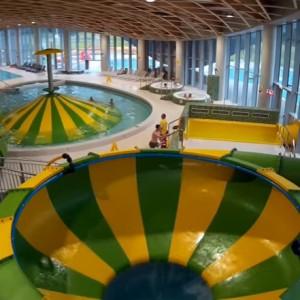 Park wodny Koszalin (zachodniopomorskie)    Aquapark w Koszalinie jest wyposażony w zintegrowany system Dryden Aqua, który dzięki szeregowi filtrów wprowadza najniższe zużycie chloru. Dzięki temu podczas długich kąpieli nie może być mowy o piekących oczach. A co ponadto? Liczący blisko 5,5 tys. mkw. park wodny posiada baseny: sportowy, rekreacyjny, dla dzieci i do nauki pływania. Ponadto czekają takie atrakcje jak rzeka, jacuzzi, sauny czy fala. Dołóżmy jeszcze 6 zjeżdżalni – dwie wewnętrzne i cztery na zewnątrz.   Bilet normalny kosztuje 22 zł za godzinę, a ulgowy 17 zł. Cały dzień pobytu kosztuje kolejno: 66 zł i 53 zł. Jest także oferta dla rodzin albo karnety oferujące więcej niż pojedyncze wejście. Strefę saun obowiązuje osobny cennik.   Fot. YouTube
