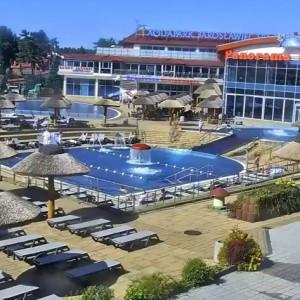 Aquapark Panorama Morska w Jarosławcu (zachodniopomorskie)    Aquapark zlokalizowany na terenie hotelu Panorama Morska w Jarosławcu jest otwarty również dla gości z zewnątrz. Park wodny dla rodzin z małymi dziećmi przygotował kryty basen o głębokości 25 cm, z dwoma zjeżdżalniami i wodą podgrzewaną przez cały rok. Obiekt posiada także wewnętrzny basen o długości 55 m i głębokości 1,25 m. Prawdziwą atrakcją są jednak dwa baseny wielofunkcyjne na zewnętrz, połączone zjeżdżalnią w centrum aquaparku. Baseny zawierają punkt wodnego masażu ściennego, masaże karku, gejzery powietrzne itp. Baseny mają głębokość od 1,20 do 1,35 m, woda jest w nich podgrzewana od 25 maja do 16 września.   W sezonie letnim wejście jednorazowe bez ograniczeń dla osoby indywidualnej kosztuje od 29 zł do 59 zł w zależności, o której godzinie przyjdziemy (im później tym taniej). Ale uwaga: w dni pochmurne i deszczowe liczba biletów całodziennych jest ograniczona.   Fot. YouTube