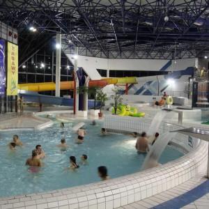 Centrum wodne Laguna w Gryfinie (zachodniopomorskie)    Właścicielem obiektu jest miasto i gmina Gryfino. Obiekt jest podzielony na dwie główne hale. W jednej z nich znajduje się basen sportowy o długości 25 m. Z kolei w hali basenów rekreacyjnych znajduje się m.in. basen z falą morską, basen ze sztuczną dziką rzeką, basen z masażami, trzy ośmioosobowe wanny jacuzzi z masażem wodno-powietrznym, dwie zjeżdżalnie wodne oraz brodziki o głębokości od 30 do 90 cm z zainstalowaną małą zjeżdżalnią i gejzerem wodnym. Nie zabrakło też basenu zewnętrznego z wodą słoną, klienci mają też do dyspozycji sauny i solaria.   Bilet indywidualny (normalny) na cały dzień kosztuje 39 zł w dni robocze i 42 zł w święta i weekendy. Bilety ulgowe kosztują kolejno 32 zł i 35 zł. Można też skorzystać z biletu czasowego – na jedną, dwie lub trzy godziny.   Fot. cwlaguna.pl