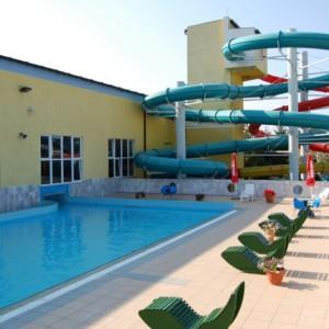 Park Wodny JAN w Darłowie (zachodniopomorskie)    Obiekt chwali się, że jako jedyny w Europie umożliwia korzystanie z dobrodziejstw wody morskiej przez cały rok i podkreśla, że kąpiele w solach mineralnych są prawdziwym dobrodziejstwem dla skóry. Głównymi atrakcjami zarówno dla dzieci, jak i dorosłych są zjeżdżalnie wodne o łącznej długości 230 m, dzika rzeka i brodzik dla dzieci. Pozostałą część stanowią baseny o łącznej wielkości 1500 mkw. z możliwością wypływania na zewnątrz, jaccuzi oraz sauny.   Od 26 czerwca do 10 września obowiązuje cennik sezonowy. Godzina pływania dla jednej osoby kosztuje 20 zł (normalny) i 17 zł (ulgowy). Za cały dzień zapłacimy kolejno 55 zł i 50 zł. Całodniowy bilet rodzinny od osoby kosztuje 50 zł (minimum 3 osoby). Sauny dodatkowo płatne.   Fot. parkwodny.net