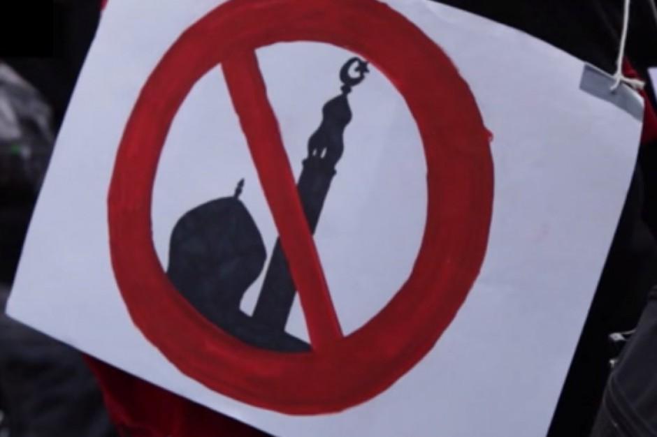 Wrocław: Manifestacja Młodzieży Wszechpolskiej w związku z deklaracją prezydentów o wspieraniu migracji