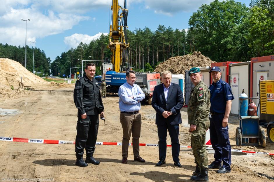 Białystok: Saperzy wykopują drugą bombę. Ewakuowano pracowników budowy i mieszkańców dwóch domów