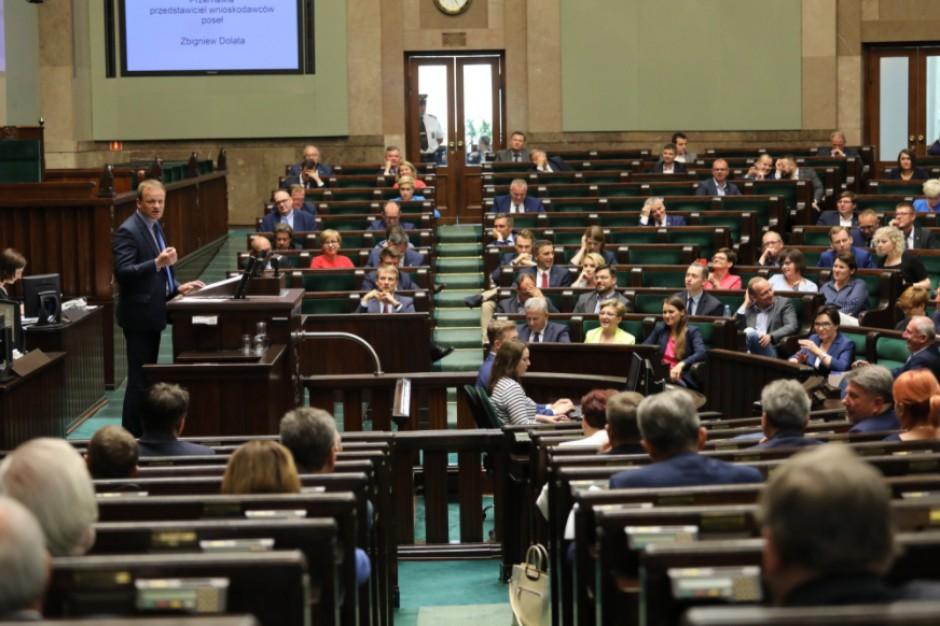Ostra debata w Sejmie nad Funduszem Dróg Samorządowych. Pomoże załatać dziury w drogach czy tylko uderzy po kieszeni?