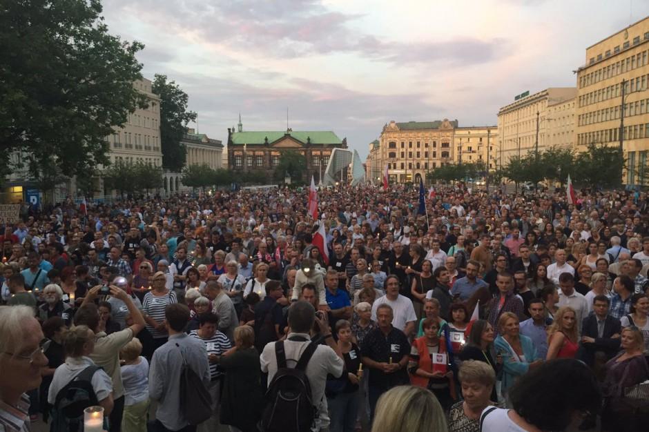 Polacy wyszli na ulice. Protesty przeciwko reformie sądownictwa w całym kraju