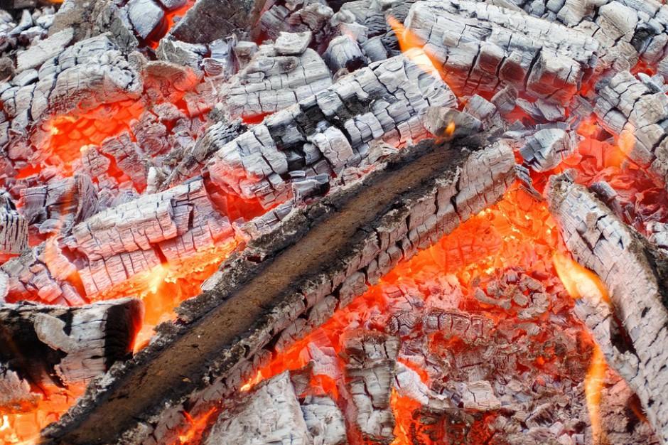 Klasyfikacja odpadów dla popiołów z domowych palenisk: Ważne wyjaśnienie resortu środowiska