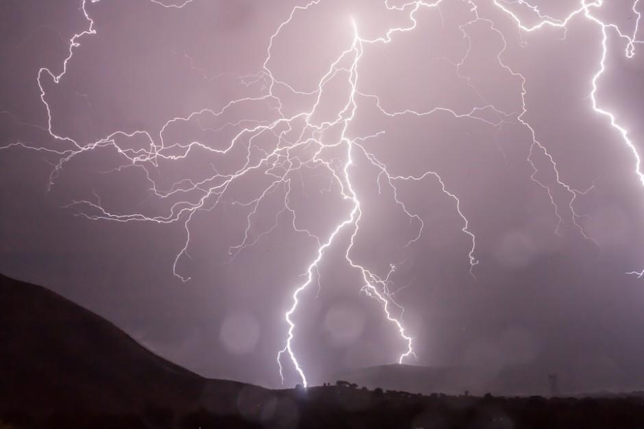 RCB: Po burzach ok. 25 tys. odbiorców nie ma prądu