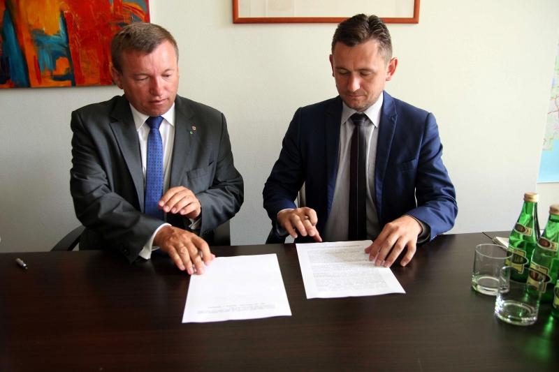 Podpis pod dokumentem złożyli wicemarszałkowie Jarosław Rzepa i Tomasz Sobieraj (fot. wzp.pl)