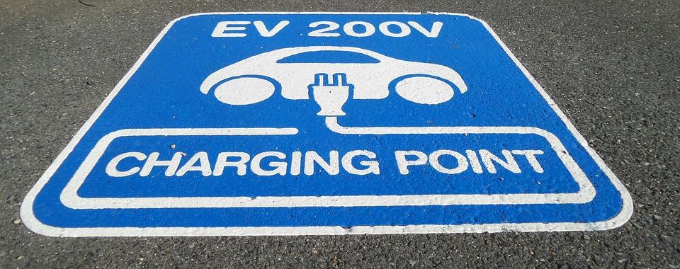 Po 2020 r. ma funkcjonować w Polsce blisko 7 tysięcy punktów ładowania pojazdów elektrycznych. (fot. pixabay)