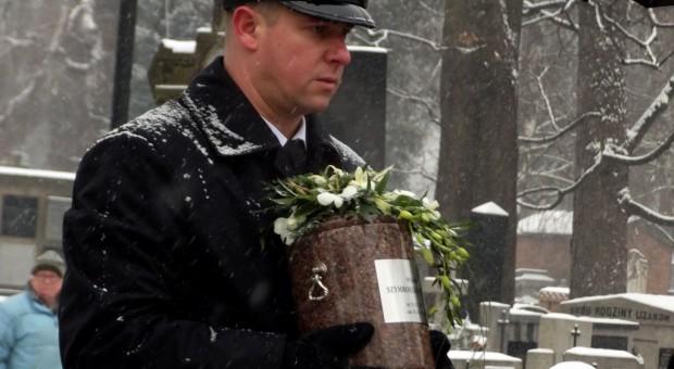Urna z prochami Wisławy Szymborskiej w czasie jej pogrzebu w 2012 roku. Zasłużona dla literatury spoczywa w Krakowie, źródło: Piotr Drabik/flickr.com/CC BY 2.0