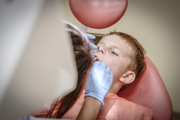 Dentysta w szkołach: Samorząd ma przygotować miejsce, resort wyposażenie, NFZ dać środki
