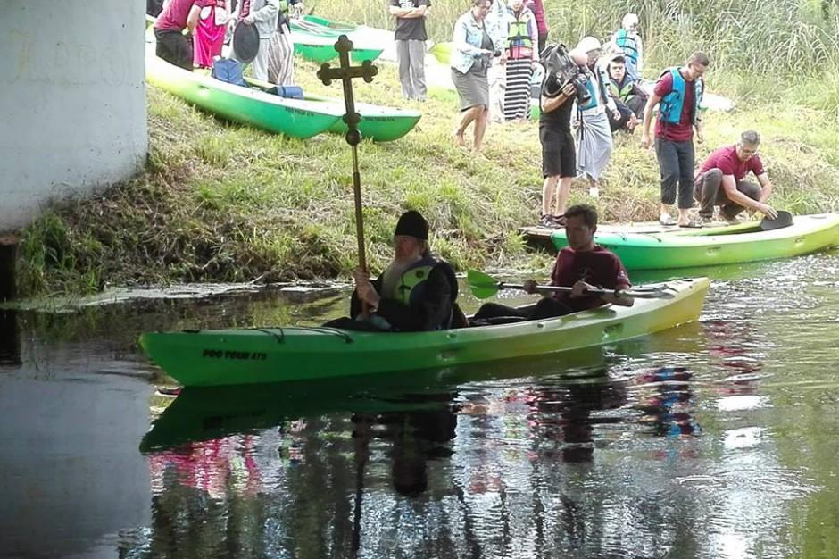 Podlaskie: Blisko 50 osób płynie kajakami na prawosławne święto w Supraślu
