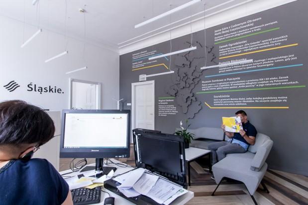 Na ścianie głównego pomieszczenia rozciąga się mapa województwa z opisami interesujących miejsc i faktów związanych z regionem (fot. Tomasz Żak/slaskie.pl)
