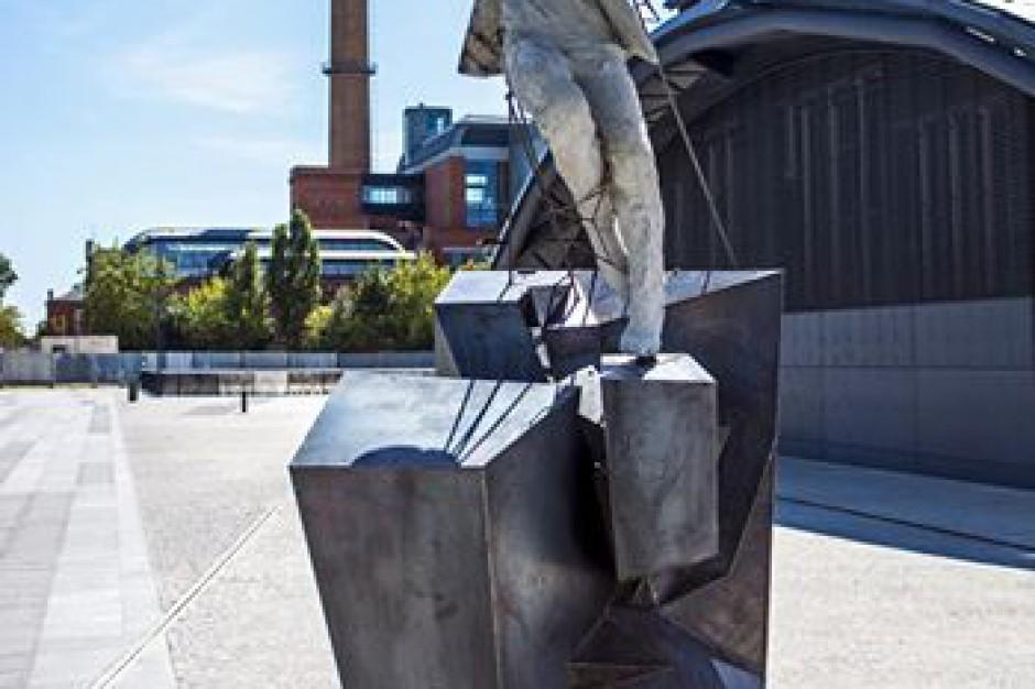 Nietypowa rzeźba przed dworcem Łódź Fabryczna