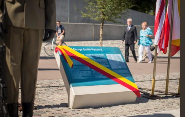 Warszawa: Na bulwarach wiślanych odsłonięto tablice upamiętniającą generała Pattona
