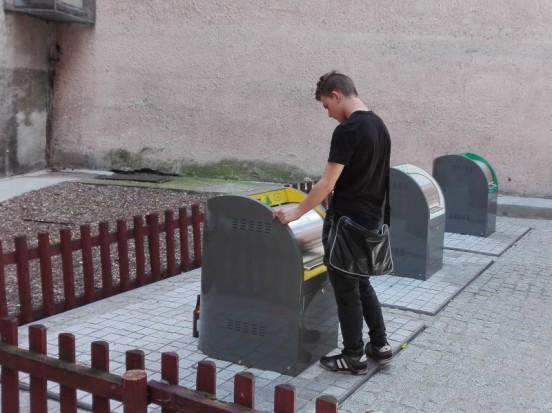Podziemne pojemniki na śmieci w Toruniu mają wiele zalet i jedną poważną wadę