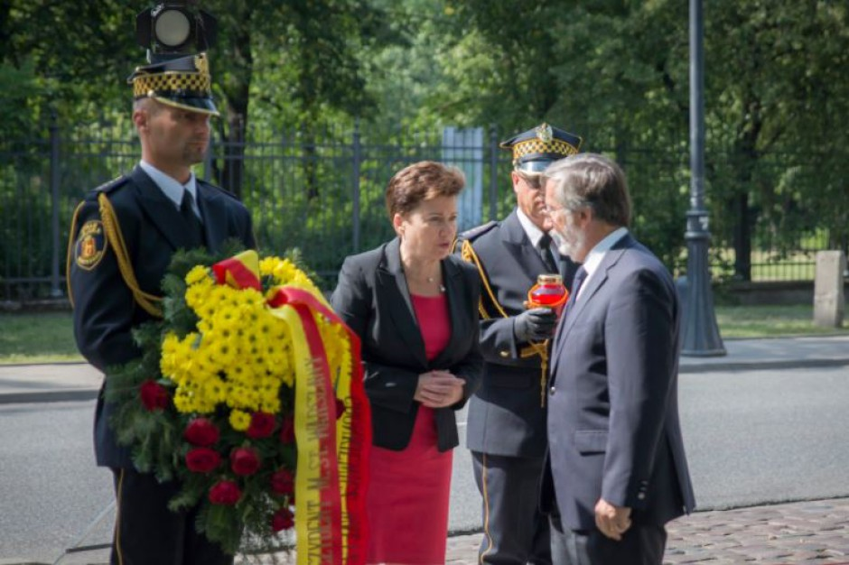 Zamach w Barcelonie: Hanna Gronkiewicz-Waltz złożyła kwiaty przed ambasadą Hiszpanii