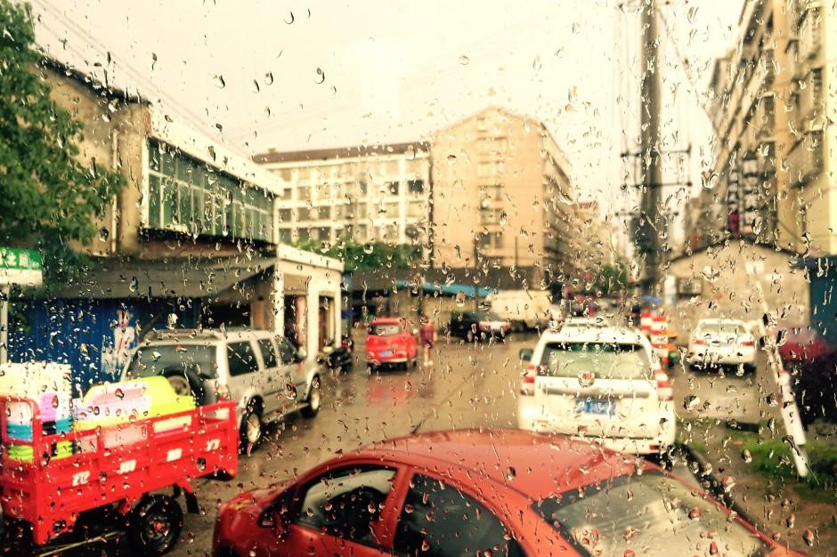 Intensywne opady deszczu: Zalane ulice i nieprzejezdne drogi