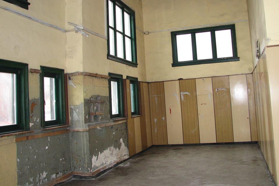 Obecnie wnętrze dworca jest w opłakanym stanie. (fot. UM Ruda Śląska)