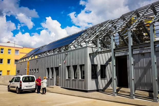 Baterie słoneczne zamontowane na dachu jednego z budynków pozwolą na zasilenie w energię elektryczną całego Punktu Selektywnej Zbiórki Odpadów. (fot.zukszczecin)
