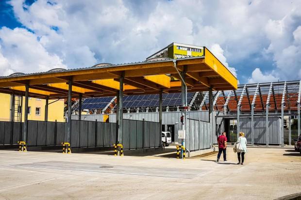Częścią całego kompleksu są również: budynek garażowo-warsztatowy, magazyn, wiata czterostanowiskowa oraz sześciostanowiskowa.