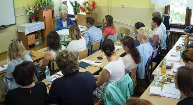 Poseł PiS i wiceminister edukacji Marzena Machałek na spotkaniu w jednej z warszawskich szkół, źródło: MEN/twitter.com