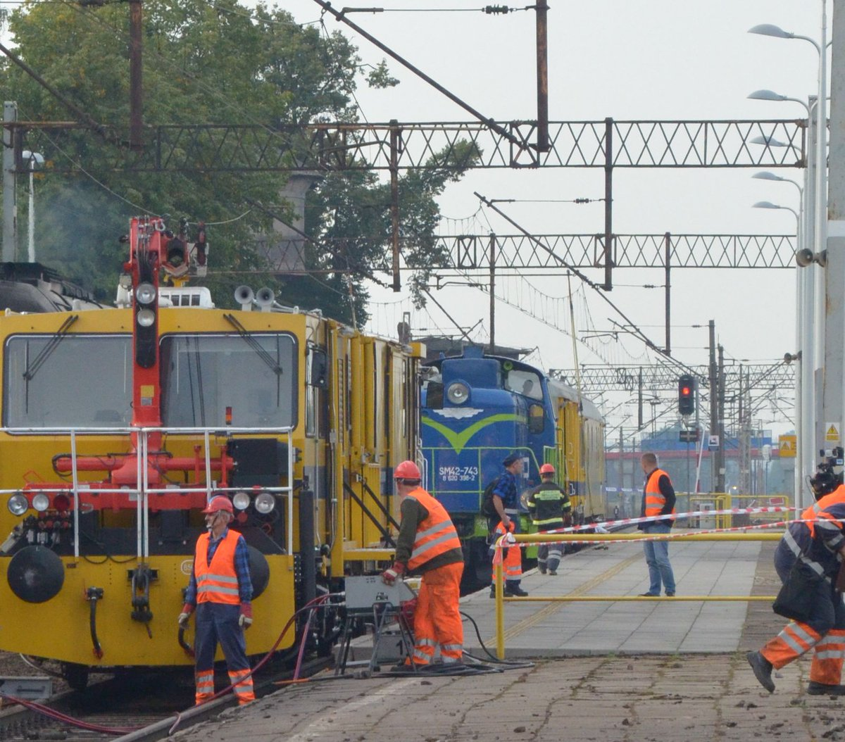 Wskutek zderzenia wykoleiło się siedem wagonów i lokomotywa z 11 wagonów pociągu osobowego (fot.twitter.com/PKP_PLK_SA)