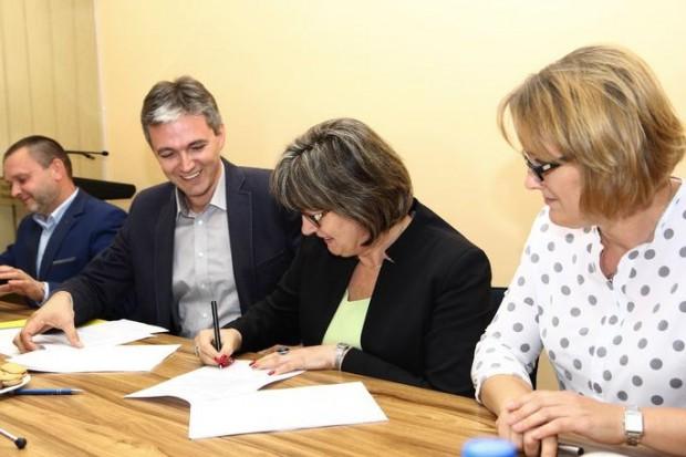 Podpisanie umów (fot.sejmik.kielce.pl)