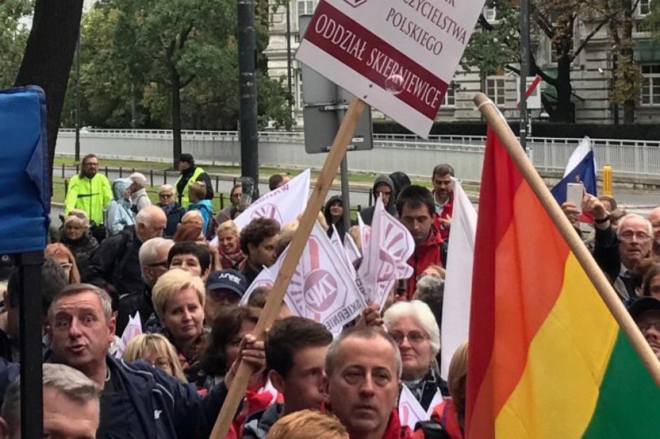 ZNP pikietował przed MEN. Sławomir Broniarz wzywa do monitorowania reformy edukacji